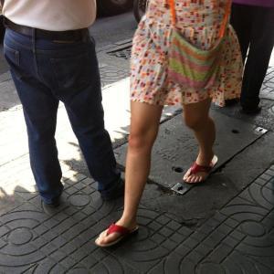 スカートの膝上の長さなど気にならないタイ