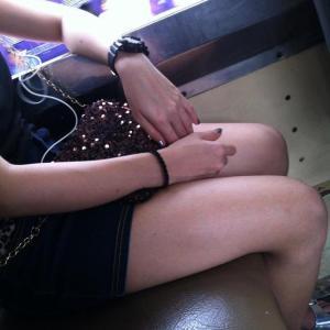ノンエアコンのバスで座っている女性