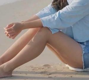 ビーチに座る女の子