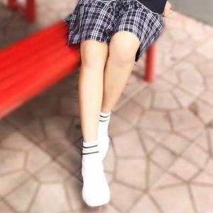 ベンチに座っている女の子