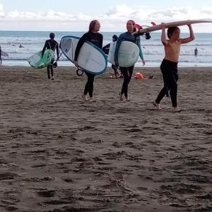 手ぶらで行ってもサーフィンを楽しめる、オークランドの観光スポット