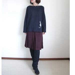 シックなボルドー色のスカートはネイビーとこっくりコーディネート