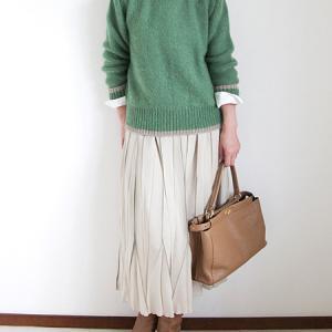 モヘアのセーターとプリーツスカート