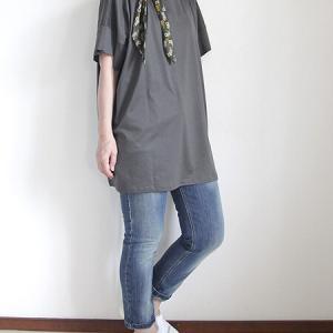 細身のデニムを活用するには少し着丈が長い服がぴったり。
