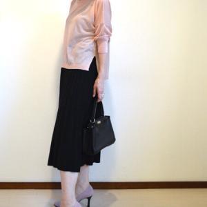 今買って秋にも着られる薄ピンクとブラックのコーディネート