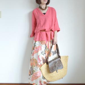 サンゴ色の麻トップス&プリントスカート