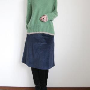 ブルーのコーデュロイスカートとグリーンのモヘアセーター