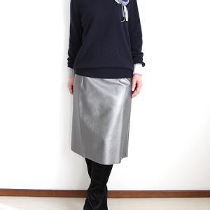 シンプルな服に華を添えるマフラーとコサージュ
