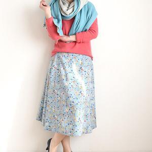 コーラルとスカイブルーの春色ファッション