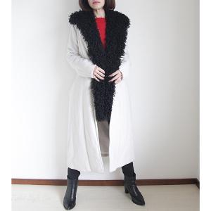 ブラックのモコモコジレは白コートでコントラストを付ける