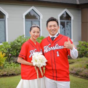 鈴木誠也×畠山愛理の『カープユニ結婚式写真』公開!「東京にマンションは買っておりません」
