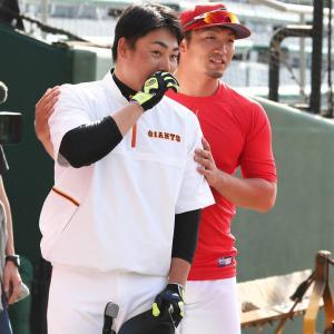 カープ鈴木誠也、巨人丸と沖縄で再会し談笑する。ケツバットで挨拶されるシーンも