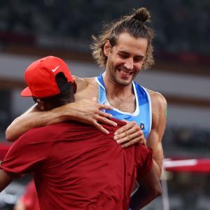 【五輪】走り高跳び、2人が金メダル!決定戦不要と抱き合う「勝った方がディナーを奢る約束だったが、自分の分は自分で払うことになりそうだ」