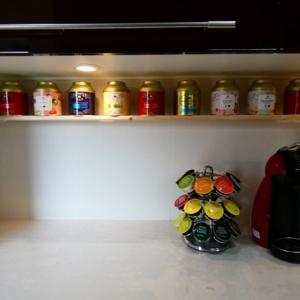 紅茶の缶を飾りました