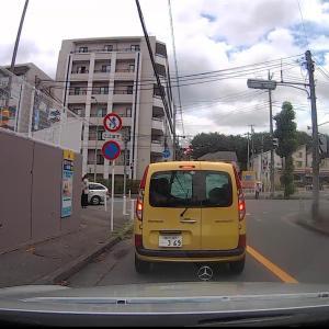方向指示器を出さない女性ドライバーさん、危険です!
