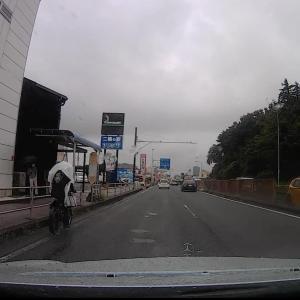 カッパ着て車道を走行する自転車さん、気を付けて!