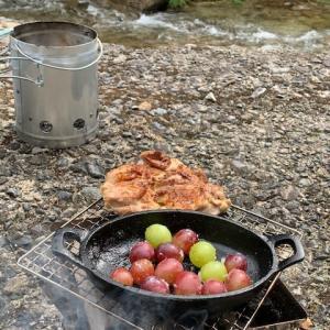 五頭山麓いこいの森キャンプめし②<鶏肉のまるごと炭火焼き><スキレットでぶどうのコンポート>