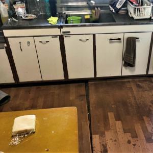 排水ホースの水漏れで 床が真っ白キレイにナル?!