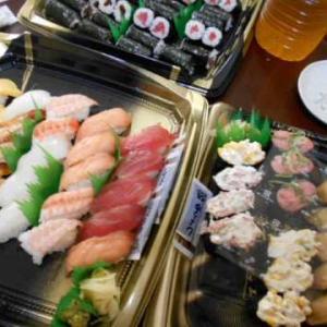 お昼は持ち帰りくら寿司&低周波治療器