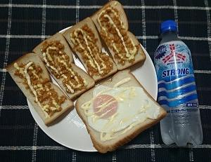 昨日の夕食は納豆トーストと目玉焼きパンを食べました。