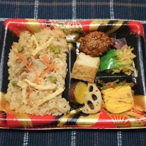 昨日は半額で買った炊き込み御飯弁当を食べました。