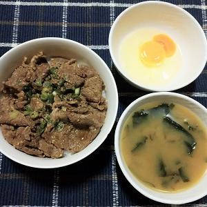 自炊で作った牛丼に少し贅沢に卵付きで食べました。