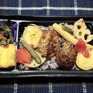昨日の夕食はつくねと野菜の弁当 を食べました。
