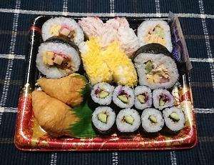 半額で買った寿司の詰め合わせはボリューム満点でした!