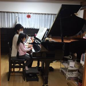 グランドピアノの蓋を開けました。親子連弾の練習もしましたよ。