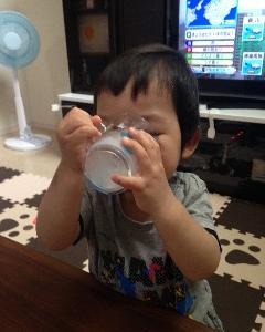 生後1歳3ヶ月 コップでこぼさず飲めるように