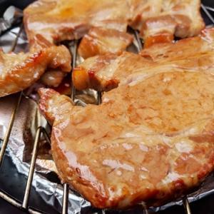 トレーニング後はビタミン豊富な豚肉の燻製で疲労回復。
