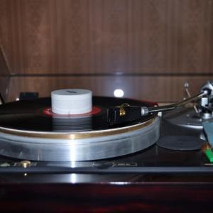 自宅システムのアナログプレーヤーでレコードを