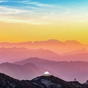 フォレストドームのある風景〜七色に輝く山々を背景に山を登る