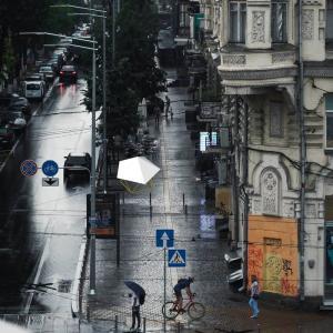 フォレストドームのある風景〜雨の降る街角に佇む雨宿りスペース