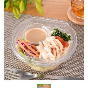 今日のお昼ごはん。蒸し鶏と博多明太子のパスタサラダと梅のおにぎり。