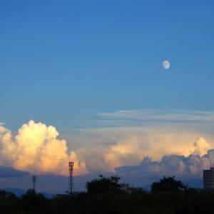 澄みきった夕刻の空と、荒れる越後のお山 その1