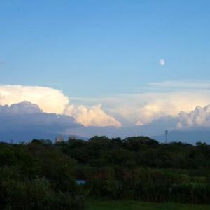 澄みきった夕刻の空と、荒れる越後のお山 その2