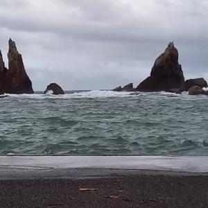 大潮の橋杭岩