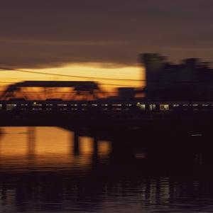 2021/05/28 夕焼けの中の通勤列車を撮る