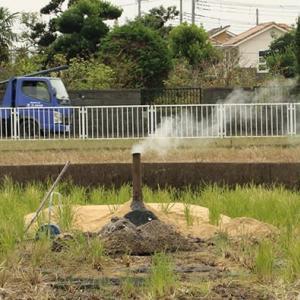 刈田に煙 籾殻燻炭造り