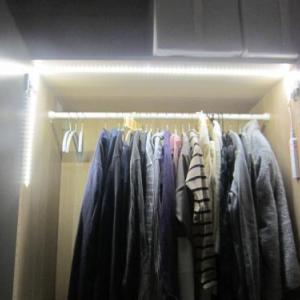 IKEAワードローブにLEDテープライト 衣類も入れました