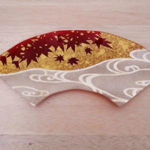紅葉に流水のガラス皿