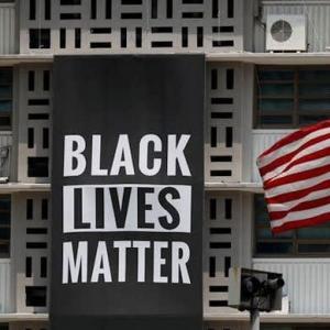 (資料)在韓米大使館、「黒人の命大切」幕撤去 トランプ氏が不快感・・・Reuters Staff