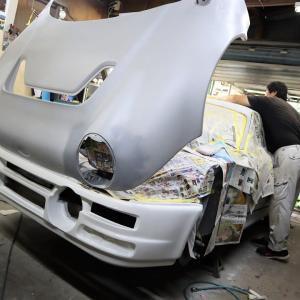 フォードRS200レプリカ、塗装が始まっていました。