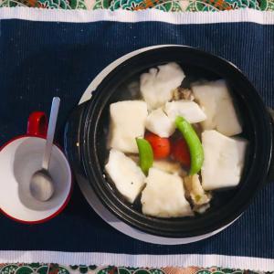 豚足を食べた後の骨で仕立てたスープでお昼ごはん