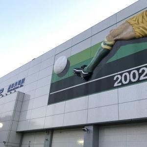 浦和美園駅前のサッカーオブジェ、見上げるとかなりでっかい!