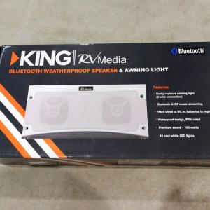 サイドオーニング下の照明とサウンドスピーカー
