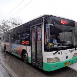 中国・武漢で活躍するトロリーバスと電気バス