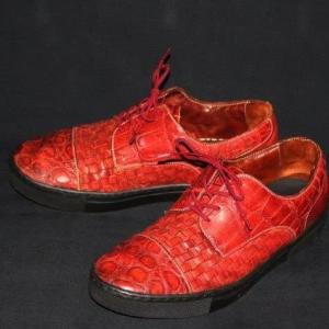 ブラックソールの赤いドレススニーカー