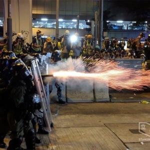 人民解放軍の装甲車及び兵員が、香港に入った模様